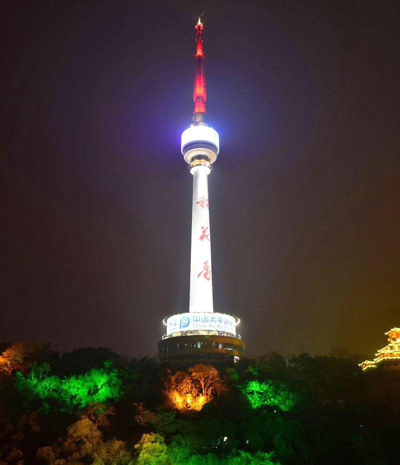 """北纬303341"""" 东经1141712"""" ,高度:221.2米 龟山电视塔全称湖北龟山广播电视塔,是我国自行设计、施工的结合旅游的第一座钢筋混凝土广播电视发射塔。该塔于1981年12月16日破土动工,1986年6月竣工投入使用。塔高221.2米,海拔标高311.4米,相对高度280米,就高度而言,建成时居全国之首。"""